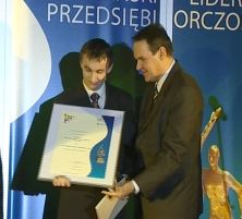 Artur Szewczyk odbiera dyplom i statuetkę z rąk Zastępcy Prezydenta Tomasza Kaysera